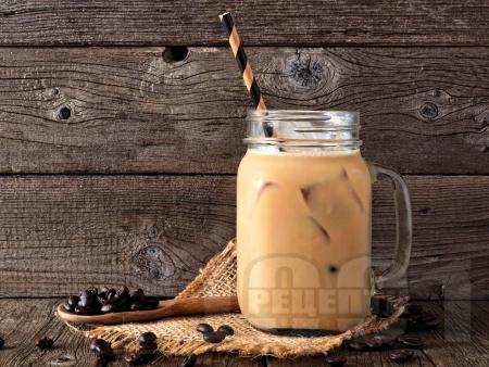Смути с кафе, стафиди, лешници и банан - снимка на рецептата
